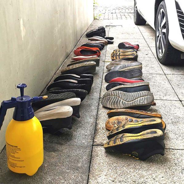 Sepatu/sandal segera dilepas sebelum masuk.