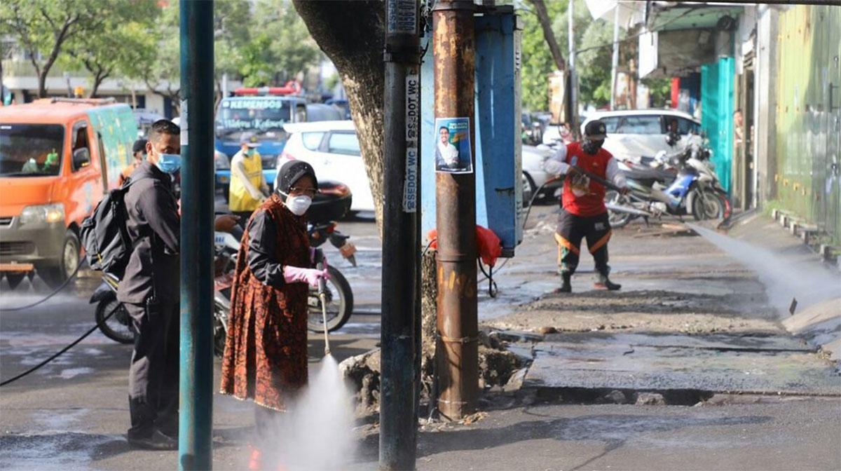 Wali Kota Surabaya Tri Rismaharini memimpin penyemprotan desinfektan untuk mencegah menyebarnya virus Corona atau COVID-19. FOTO: Iwan-Lensa Indonesia.com